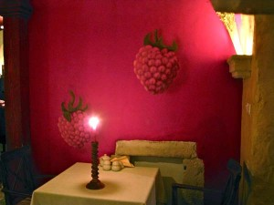 Det første rommet har bringebærtapet på veggene. Foto: Lars Idar Waage