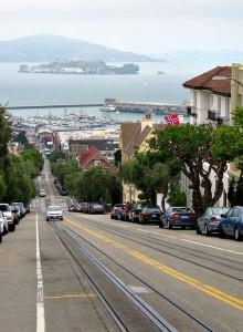 Nedover Hyde Street med Alcatraz i bakgrunnen og Sjømannskirken til høyre.