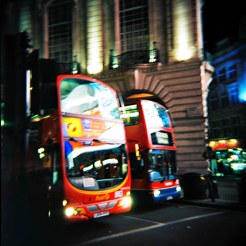 Noen busser i London, ved Piccadilly Circus, London