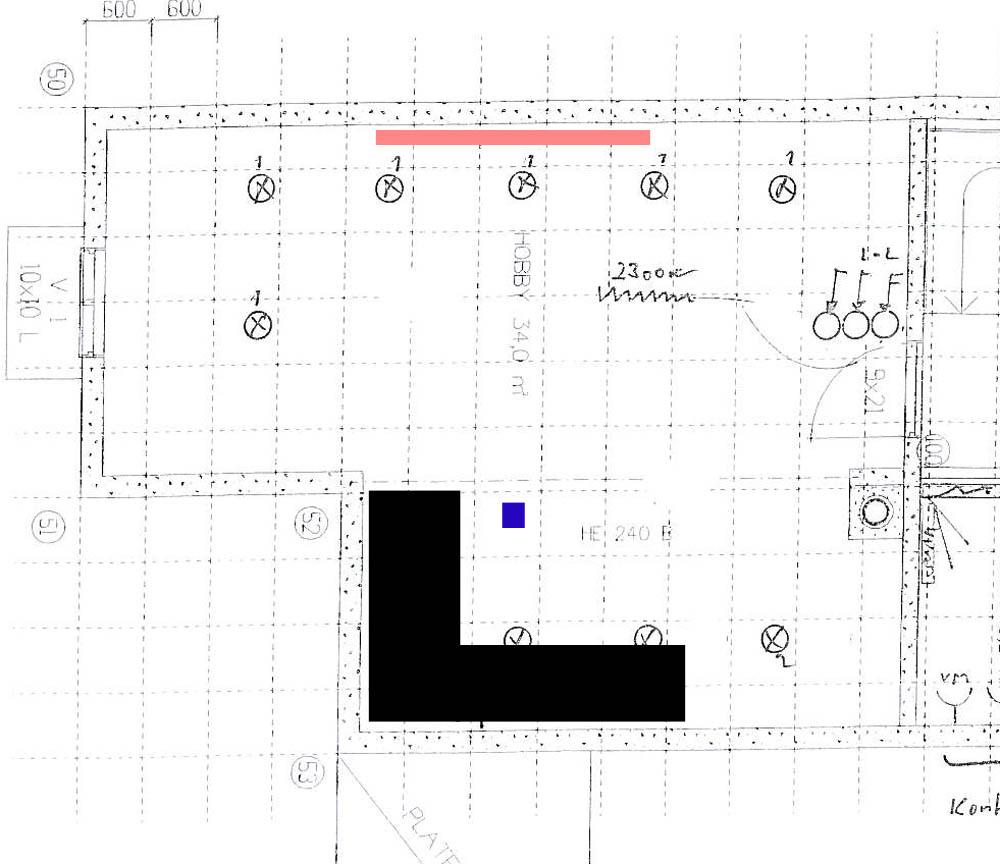 Slik ser kjellerstuen ut. Lerret er merket rødt, projektor blått og sofa svart.
