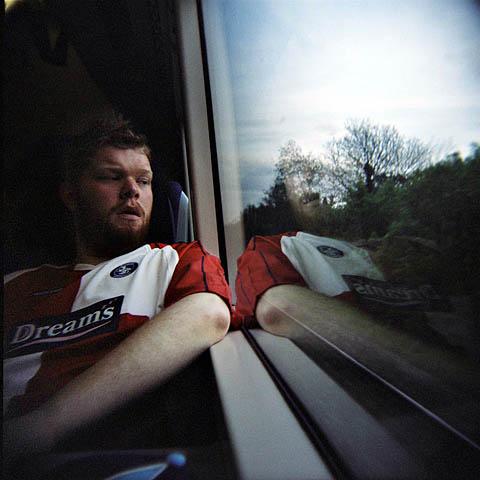 Tog ble heftig benyttet denne helgen, og her er Kjetil på vei tilbake til London etter historisk kamp i Wycombe.