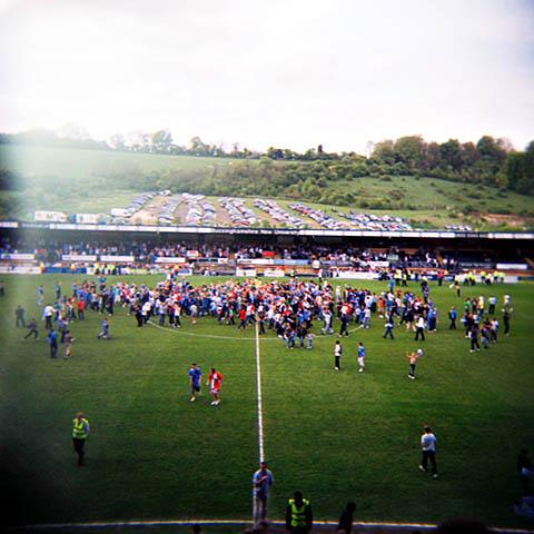 Publikum tok helt av da Wycombe Wanderers sikret seg opprykk med minste mulige margin (ett plussmål mer). En historisk kamp, med publikumsrekord for ligakamp for laget fra High Wycombe!