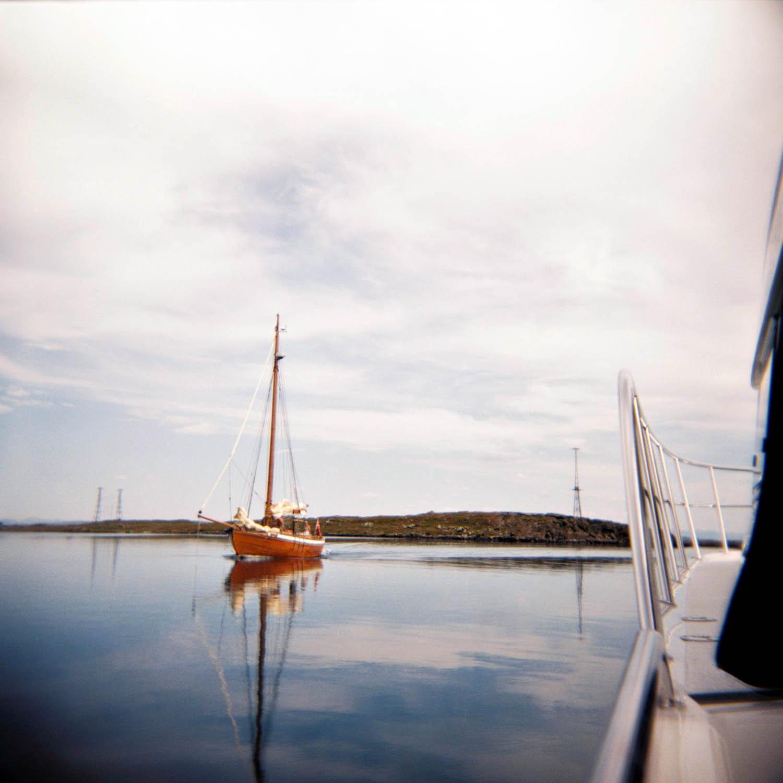 Mens vi forlater vakre Kvitsøy er andre turister på vei.
