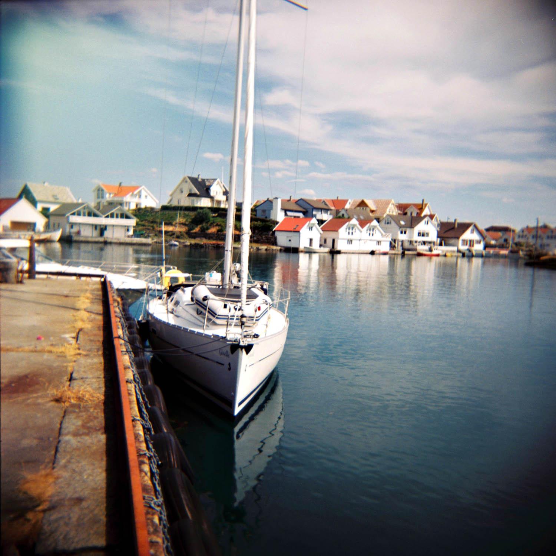 En seilbåt fortøyd til Gamlekaien, Kvitsøy