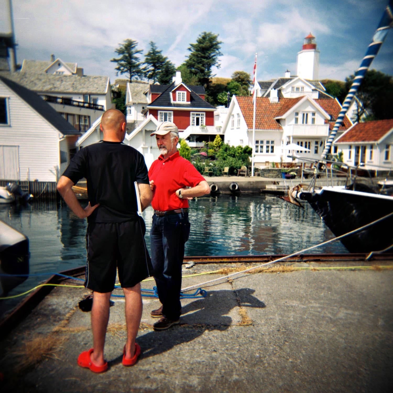 Min kollega Jone Laugaland i godt drøs med en båtturist som skulle på ferie i Ryfylke. Å treffe på Jone, som er ekspert på området, var jo ikke feil.