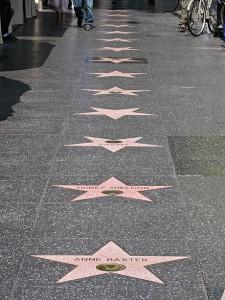 En rekke med stjerner på Walk of Fame, Hollywood.