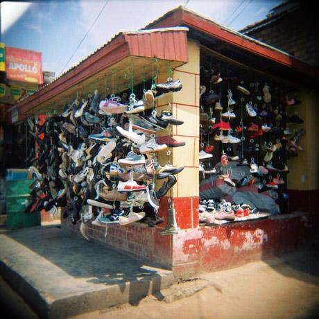 Slik kan en skobutikk arte seg på Madagaskar. Her fra Fianarantsoa.