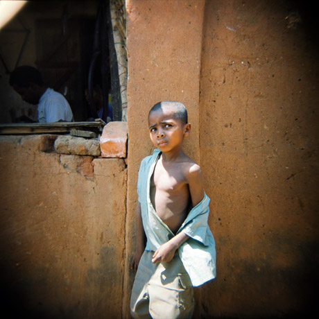En gutt langs veien. Dette bildet er tatt i en liten by, som jeg i forbifarten ikke fant navnet på, på den nokså lange turen mellom Fianarantsoa og Toliara.