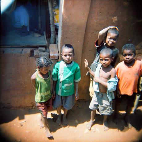 Her er flere barn fra den lille byen vi bare stoppet i.