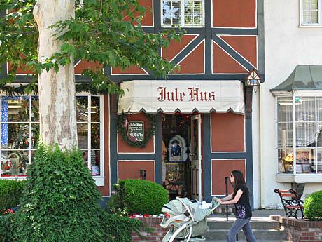 Butikken Jule Hus i Solvang selger julerelaterte produkter, også norske.