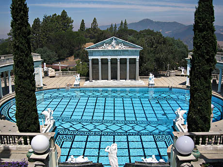 Slik ser utendørsbassenget, The Neptun Pool, på Hearst Castle ut.