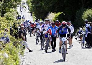 Noen syklet, men de fleste tok beina fatt opp den tunge Tinghaugbakken.