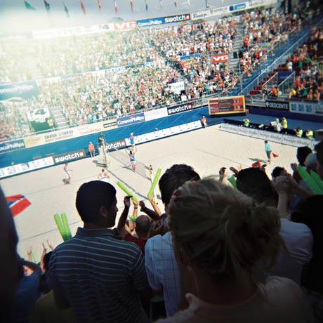 Jørre Kjemperud og Vegard Høidalen har akkurat vunnet en kamp i de innledende rundene av VM i sandvolleyball.