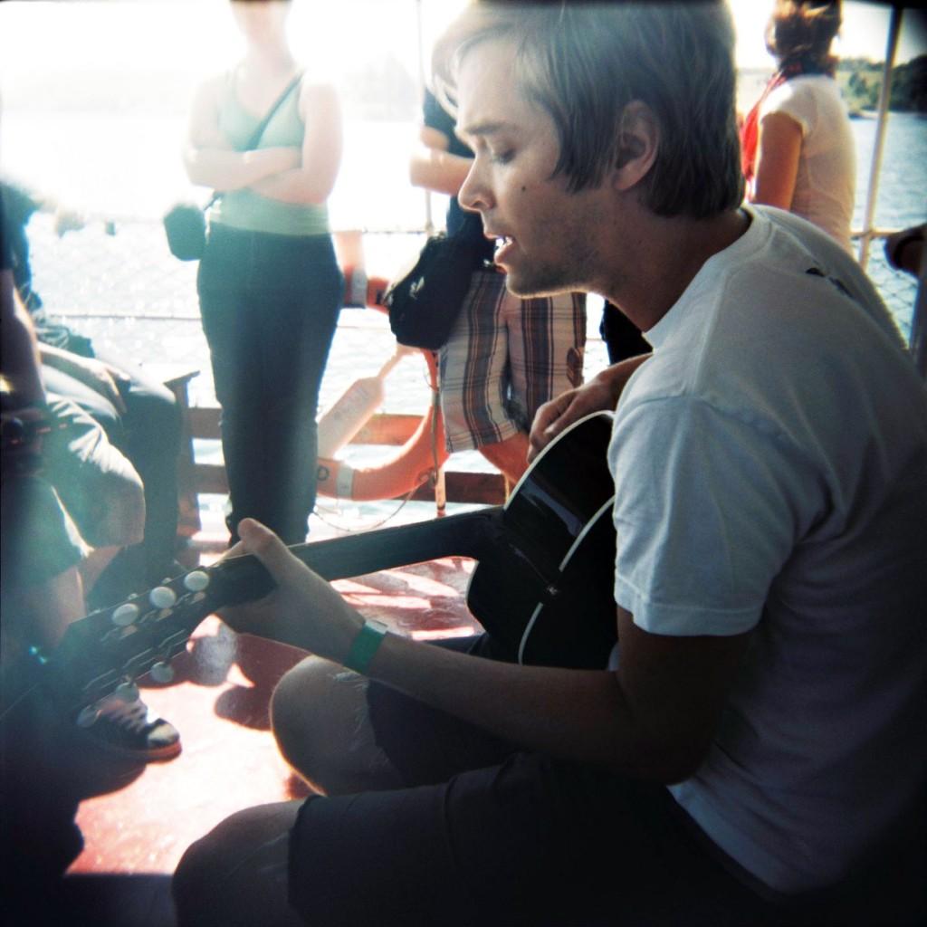 Flere ombord tok gitaren fart og det ble en liten minikonsert.
