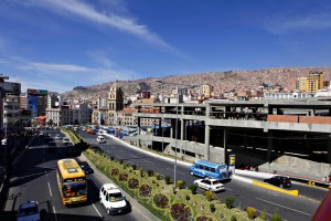 Sentrum av La Paz med en av hovedgatene gjennom byen. Til høyre i bildet bygges et nytt, stort og innendørs marked.