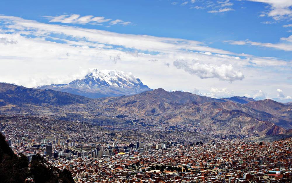 Utsikt over La Paz, Bolivia med det mektige fjellet Illimani i bakgrunnen.