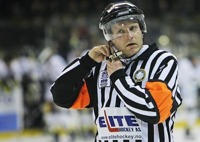 Hans Petter Berg dømte nærmest prikkfritt i kampen mellom VIF og Oilers. Likevel blir kvaliteten på norske ishockeydommere debattert heftig om dagen. Blir egentlig norsk hockey bedre av den stadige kranglingen?