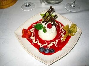 Desserten besto av panacotta, bringebærsaus og frisk frukt. Foto: Lars Idar Waage