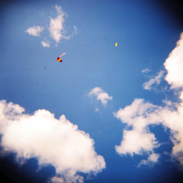 I Madlaleiren er fallskjermhoppere en del av underholdningen på 17. mai.