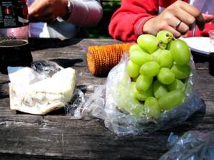 Hos V. Sattui hadde de en flott butikk med mye god mat. Vi kjøpte blant annet druer, ost og kjeks.