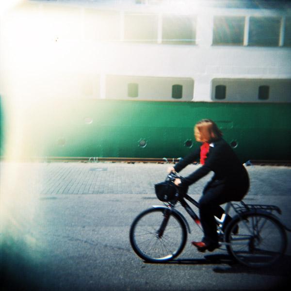 En stykk Stavanger2008-direktør på sykkel langs Vågen i Stavanger.
