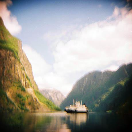 """Ei ferje kommer til Gudvangen, dessverre ble bildet veldig uskarpt fordi jeg brukte """"BULB"""" ved en feiltakelse."""