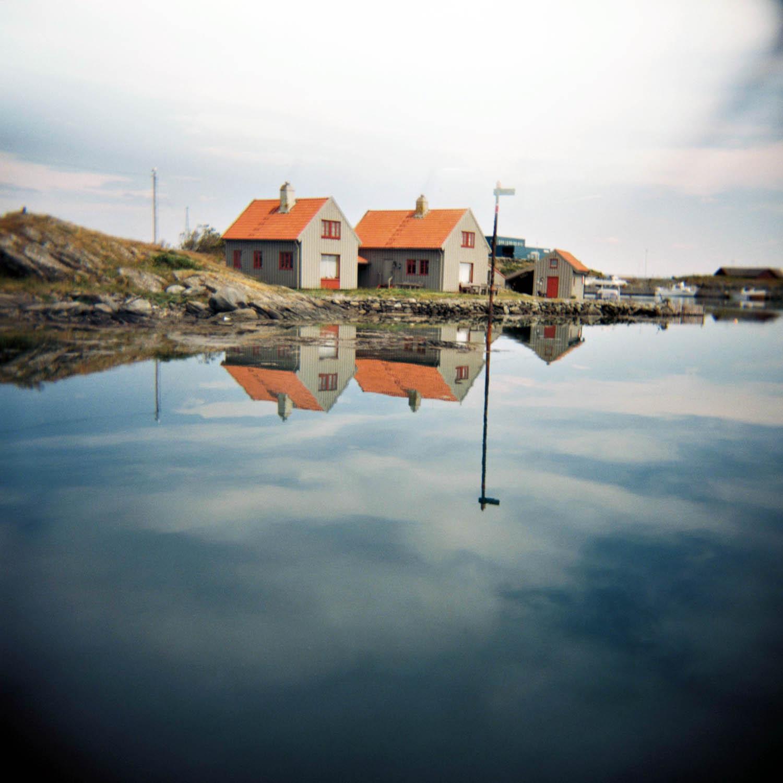Speilblank sjø på Kvitsøy, ja det er faktisk sjelden kost. Men se så fint det er!