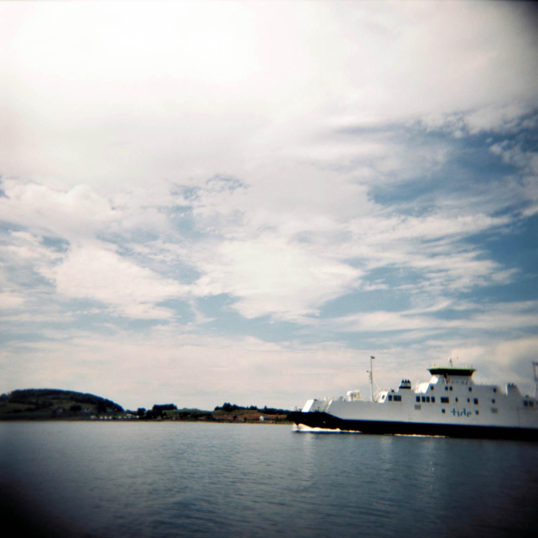 """For å komme seg til Kvitsøy er man avhengig av båt. Ferja """"Fjordveien"""" går melom Mekjarvik og Kvitsøy. Av og til tar den turen over til Skudeneshavn også, så pass på å gå av på Kvitsøy."""
