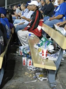 Det fløt med søppel på spis-så-mye-du-vil-tribunen. Ingen bossdunker sørget for at alt ble lagt igjen.