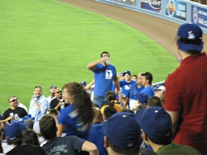 Bildet ble dårlig, men her er det en som styrter øl. Det var mer spennende tydeligvis enn å følge kampen.