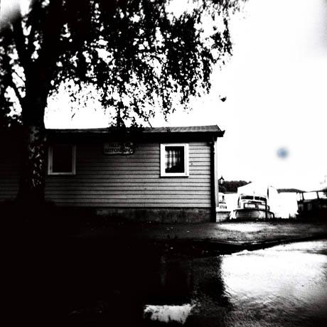 Et bittelite hus nede ved vannet tilhører Hillevåt Båtforening.