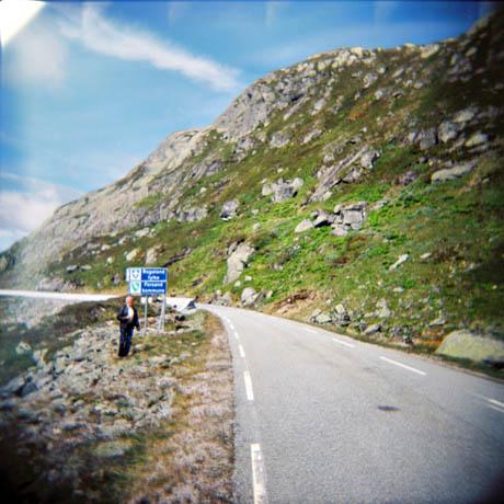 På vei fra Sirdal til Lysebotn. Kollega Jone Laugaland er ute med mobilkameraet.