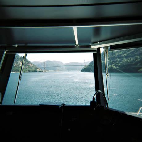 Lysefjorden er lang, og her er vi helt i enden og her er det rett før vi passerer Lysefjordbrua.