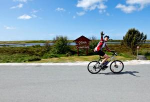 En syklist i tilsynelatende svært godt humør forlater Ogna Camping på vei nordover mot Sandnes.