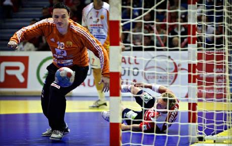 Her scorer Håvard Tvedten på et frekt trick-skudd i kampen mot Makedonia. Foto: Lars Idar Waage