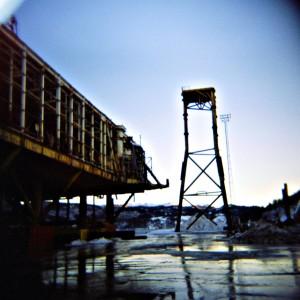 På Raudnes i Nedre Vats hogges gamle oljeinstallasjoner opp.